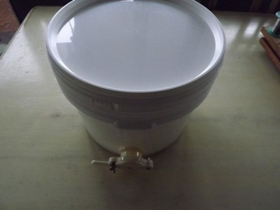Food grade pail 11 l with lid and gate